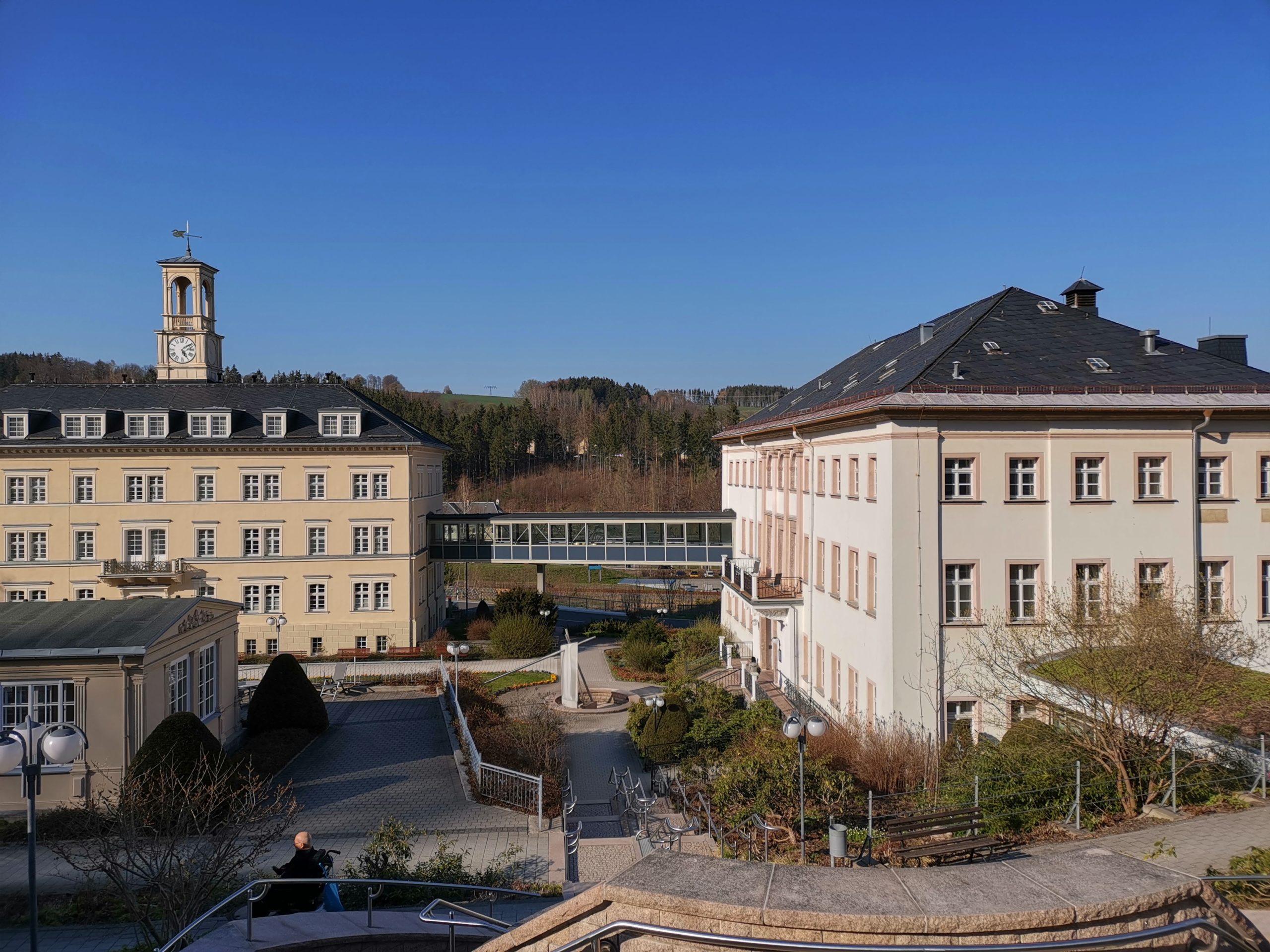 Das Bild zeigt die Reha-Klinik Thermalbad Wiesenbad im Frühling 2019.